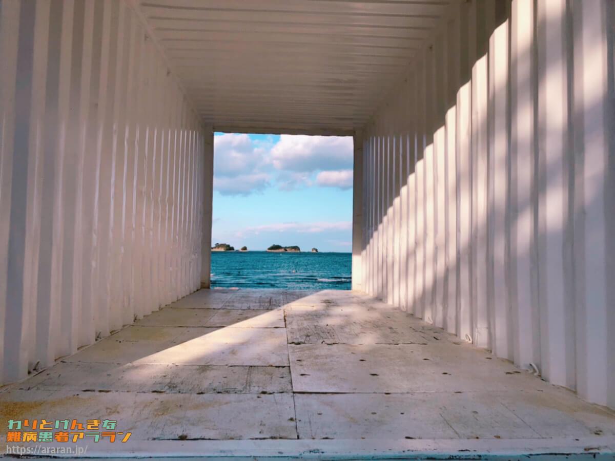 宿泊棟への入り口から海が見える写真