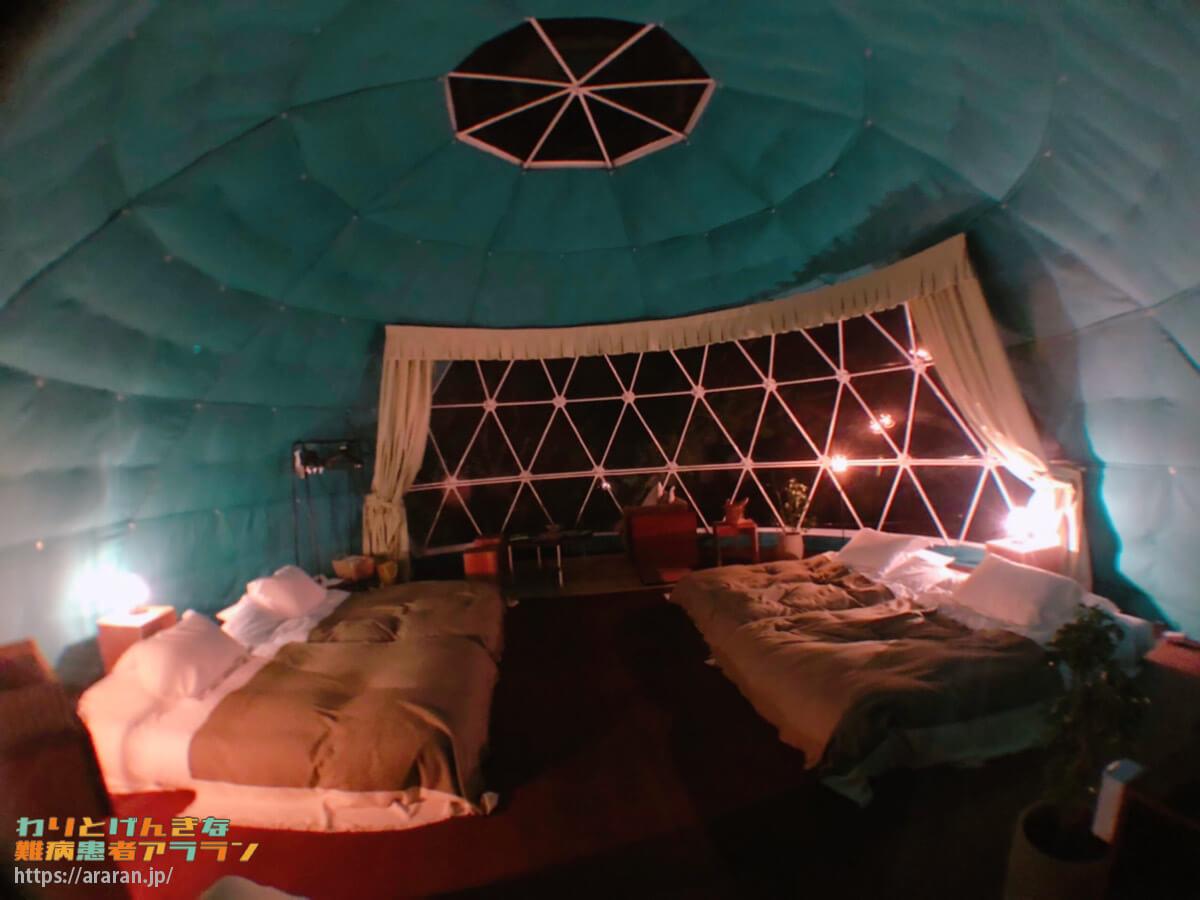 グランオーシャン伊勢志摩のグランデッキ「木の棟」の室内(夜)写真