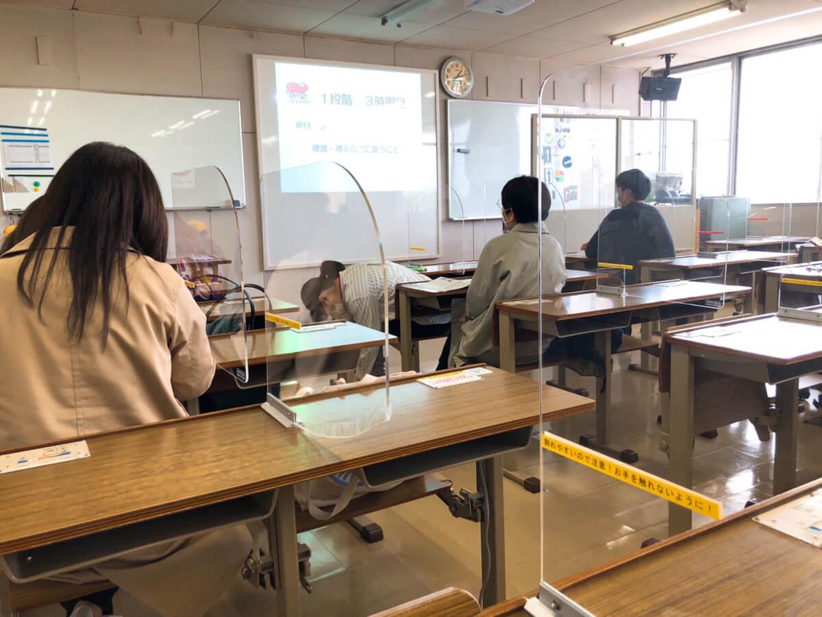 学科授業を受ける教室の風景