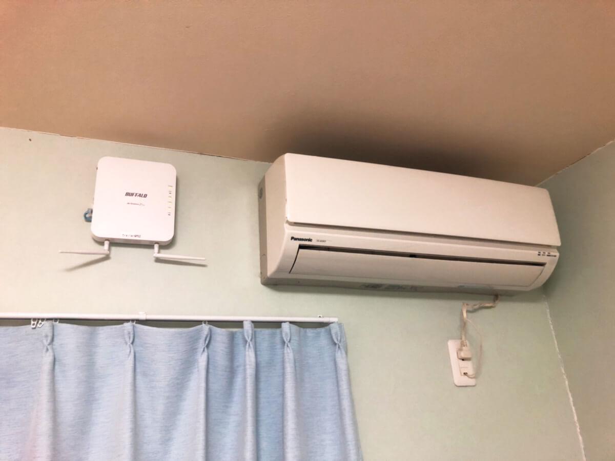 部屋のWi-Fiルーターとエアコンの写真